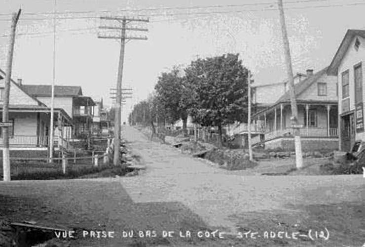 La maison du forgeron à droite de la photo (1925)