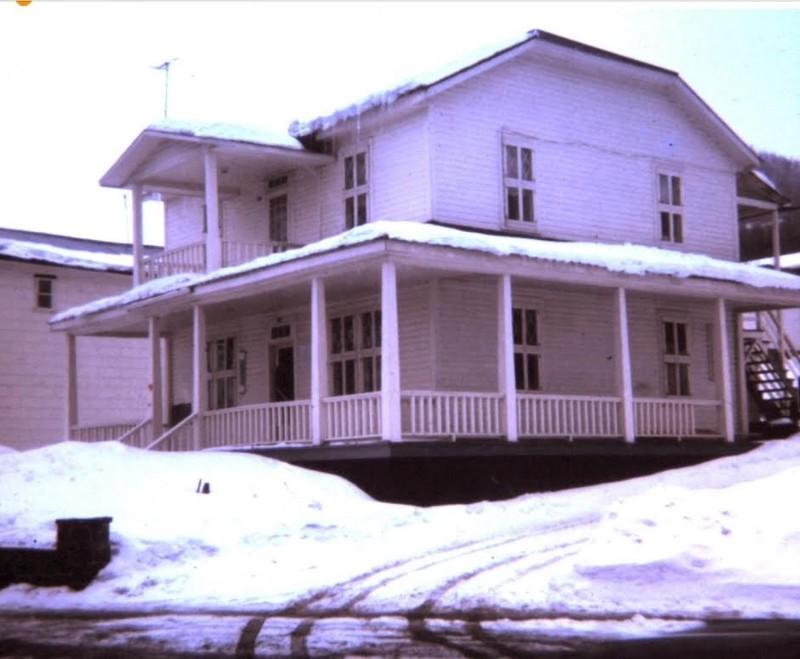 En traversant la rue &Eacute;mile Cochand, on se retrouve au parc de la famille inaugur&eacute; en septembre 2005 &agrave; l&rsquo;occasion du 150e anniversaire de la ville de Sainte-Ad&egrave;le. C&rsquo;est sur ce site, au d&eacute;but du 20e si&egrave;cle que Gr&eacute;goire Rochon construit une maison. En 1910, avec la venue des premiers touristes, la demeure se transforme en h&ocirc;tel, qu&rsquo;il nomme &laquo; la maison blanche &raquo;. Ad&eacute;lard Marin et sa femme &Eacute;lida Berthiaume en prennent la direction en 1928.<br /><br />La maison blanche<br />Collection Claude Millette