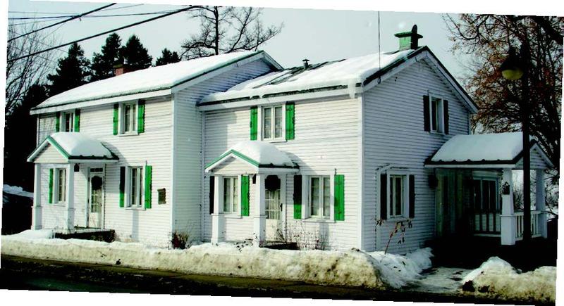 Maison du 195 rue Morin.<br /><br />Jusqu&#39;en 1920, Isra&euml;l Desjardins (1834-1901)&nbsp; y op&egrave;re une forge. Par la suite, la famille Grignon acquiert les b&acirc;timents, passant de Jean-Marie Grignon jusqu&rsquo;&agrave; Claude-Henri. C&rsquo;est dans cette maison que l&rsquo;&eacute;crivain vit jusqu&#39;&agrave; sa mort en 1976. Le 16 octobre 1983, l&rsquo;ann&eacute;e qui comm&eacute;more le 50e anniversaire d&rsquo;un Homme et son p&eacute;ch&eacute;, la Soci&eacute;t&eacute; d&rsquo;histoire des Pays-d&rsquo;en-Haut, en collaboration avec Claire Grignon, la ville de Sainte-Ad&egrave;le et de nombreux commer&ccedil;ants, apposent une plaque de bronze sur le b&acirc;timent, soulignant l&rsquo;inestimable contribution de ce citoyen &agrave; l&rsquo;&eacute;mergence des Pays-d&rsquo;en-Haut.<br /><br />Claude-Henri, fils du docteur Wilfrid Grignon, na&icirc;t et grandit &agrave; Sainte-Ad&egrave;le. Maire, pr&eacute;fet de comt&eacute;, syndic de la paroisse, pamphl&eacute;taire, conf&eacute;rencier et romancier, Claude-Henri Grignon (1894-1976) s&rsquo;inscrit dans tous les d&eacute;bats de l&rsquo;&eacute;poque. Il re&ccedil;oit le prix David, une r&eacute;compense qui a pour but de souligner et de soutenir le travail d&#39;&eacute;crivains et de chercheurs au Qu&eacute;bec.<br /><br />Les personnages de S&eacute;raphin, Donalda, Alexis et les autres se font aussi conna&icirc;tre dans une s&eacute;rie radiophonique en 1937, puis se transposent &agrave; l&rsquo;&eacute;cran en 1956 dans Les belles histoires des Pays-d&rsquo;en-Haut. Membre de la Soci&eacute;t&eacute; royale du Canada en 1962, il re&ccedil;oit quelques ann&eacute;es plus tard l&rsquo;Ordre du Canada.<br /><br />Claude-Henri Grignon est maire de Sainte-Ad&egrave;le de 1941 &agrave; 1951. Son filleul Pierre Grignon, professeur de linguistique, s&rsquo;implique &agrave; son tour dans la vie ad&eacute;loise, notamment en prenant un tr&egrave;s grand soin de l&rsquo;&oelig;uvre de son par