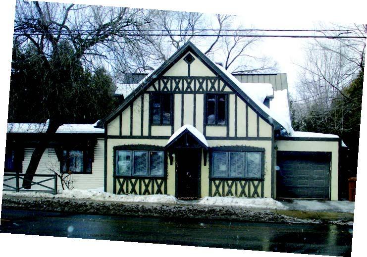 La maison du 251, rue Morin.<br /><br />Une vieille boutique de forge se trouve sur ce site au moins jusqu&rsquo;en 1912. Joseph Murray et sa femme Ir&egrave;ne Grignon s&rsquo;y installent. Olivier Rolland, g&eacute;rant de l&#39;usine de papier Rolland s&rsquo;en porte acqu&eacute;reur en 1923. En 1952, la maison devient l&rsquo;auberge &laquo;La Chaumi&egrave;re&raquo; jusqu&#39;en 1973.<br /><br />Pour rendre le b&acirc;timent plus champ&ecirc;tre, on s&rsquo;inspire de son toit &agrave; forte pente et de son &eacute;l&eacute;vation sur deux niveaux d&eacute;j&agrave; pr&eacute;sents. Puis on ajoute, pour reprendre la typologie de la maison de Normandie, des&nbsp; insertions de bois travaill&eacute;s sont pos&eacute;s pour former divers motifs que l&rsquo;on pose sur la maison recouverte de cr&eacute;pi.