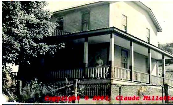 Fils d&rsquo;Arcade Desjardins, Ernest (Henri-Edouard) (1897-1973) ach&egrave;te cette maison en 1926. Son &eacute;pouse Juliette Poirier h&eacute;rite de cette demeure situ&eacute;e sur la rue Valiquette que l&rsquo;on nomme alors la &laquo; route du Nord &raquo;. Pendant les ann&eacute;es de crise, le salon sert de bureau pour le garage d&rsquo;Ernest situ&eacute; &agrave; l&rsquo;angle de ce que l&rsquo;on conna&icirc;t aujourd&rsquo;hui comme les rues Valiquette et B&eacute;lec. Plus tard, la famille Desjardins occupe le deuxi&egrave;me &eacute;tage, alors le rez-de-chauss&eacute;e sert de bureau de poste de Sainte-Ad&egrave;le-en-Bas. La famille occupe le b&acirc;timent jusqu&rsquo;en 1976.<br /><br />Malgr&eacute; ses nombreuses fonctions, les photographies anciennes conserv&eacute;es par la famille Desjardins nous permettent de constater que le b&acirc;timent est relativement d&rsquo;origine. &Agrave; l&rsquo;&eacute;poque, une galerie s&rsquo;&eacute;tend sur deux fa&ccedil;ades<br /><br />Photo: Claude Millette
