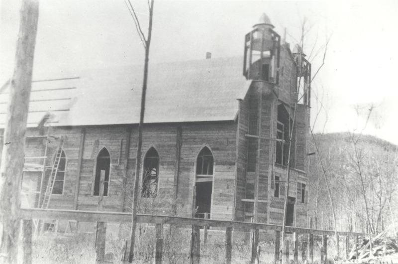 L&rsquo;&eacute;glise Saint-Joseph-de Mont-Rolland au moment de sa construction en 1913<br />Soci&eacute;t&eacute; d&rsquo;histoire de la Rivi&egrave;re-du-Nord