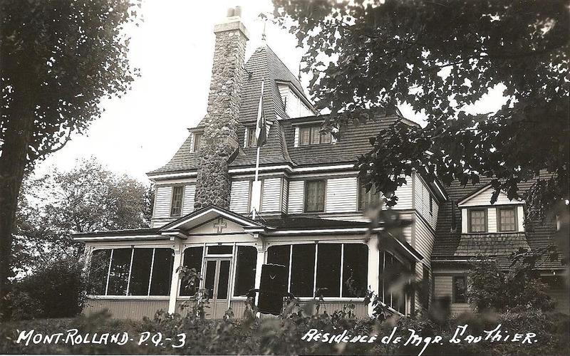 En 1924, Mgr Gauthier acquiert diff&eacute;rents lots, avec droit de passage &agrave; la rivi&egrave;re, pour y b&acirc;tir une maison de vill&eacute;giature &agrave; Mont-Rolland. &Agrave; son d&eacute;c&egrave;s en 1940, le dioc&egrave;se de Montr&eacute;al, qui h&eacute;rite de tous ses biens, c&egrave;de le terrain et les b&acirc;timents &agrave; l&rsquo;institut Notre-Dame du Bon-Conseil.&nbsp; Les petites s&oelig;urs de l&rsquo;Assomption h&eacute;ritent du site quelques ann&eacute;es plus tard.<br /><br />Ce n&rsquo;est qu&rsquo;en 2003, que le b&acirc;timent devient une auberge. Cette spacieuse r&eacute;sidence comprend une partie centrale, une annexe ainsi qu&rsquo;un grand vestibule. Les deux parties principales comportent un toit &agrave; quatre versants tr&egrave;s prononc&eacute;s qui s&rsquo;imposent avec un rehaussement de doubles lucarnes &agrave; fronton triangulaire. Quelques &eacute;l&eacute;ments de bois de la corniche sont tr&egrave;s bien pr&eacute;serv&eacute;s.&nbsp; La forme des volets d&rsquo;origine se reproduit dans d&rsquo;autres b&acirc;timents de la rue Saint-Jean. L&rsquo;escalier &agrave; vis&nbsp; &agrave; noyau central qui monte jusqu&rsquo;au palier de l&rsquo;&eacute;tage, demeure un bel &eacute;l&eacute;ment d&rsquo;int&eacute;r&ecirc;t. Sans parler du magnifique b&acirc;timent, servant de chapelle, conserv&eacute; &agrave; l&rsquo;arri&egrave;re du domaine.&nbsp;