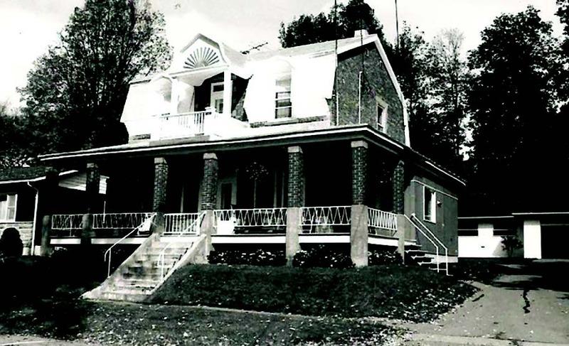 Le terrain sur lequel est am&eacute;nag&eacute;e cette maison appartient &agrave; Stanislas Jean-Baptiste Rolland jusqu&rsquo;en 1915, ann&eacute;e &agrave; laquelle la maison est vendue. Sigefroy Ouellette s&rsquo;en porte acqu&eacute;reur en 1920. Il la revend en 1928 &agrave; Delphis Labelle &Agrave; sa mort, sa femme Delphine Carri&egrave;re la conserve jusqu&rsquo;en 1967.<br /><br />Les fen&ecirc;tres de la fa&ccedil;ade s&rsquo;ins&egrave;rent dans les combles prot&eacute;g&eacute;es par de petites lucarnes cintr&eacute;es. Sur le fronton, qui surplombe la porte &agrave; l&rsquo;&eacute;tage, se trouvait une applique de bois repr&eacute;sentant un soleil stylis&eacute; qui est disparu.<br /><br />Autrefois, le rev&ecirc;tement et les colonnes de briques donnaient fi&egrave;re allure au b&acirc;timent. Avec les garde-corps de la galerie de style italianisant, on lui reconnaissait d&rsquo;embl&eacute;e une inspiration victorienne. Le fronton qui surplombe la galerie &agrave; l&rsquo;&eacute;tage semble reproduire la forme du toit &laquo; mansard &raquo; de la demeure. La galerie monumentale court &agrave; l&rsquo;avant du b&acirc;timent. Malgr&eacute; les interventions survenues avec le temps, cette maison conserve un cachet d&rsquo;antan et demeure une belle d&rsquo;autrefois.<br /><br />Source: Soci&eacute;t&eacute; d&rsquo;histoire et de g&eacute;n&eacute;alogie des Pays-d&rsquo;en-Haut.