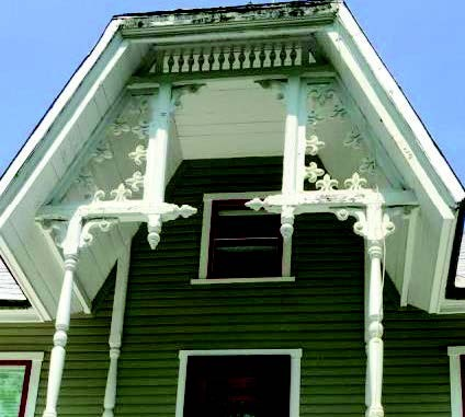 Encadrement de dentelles décoratives représentant des fleurs de lys.