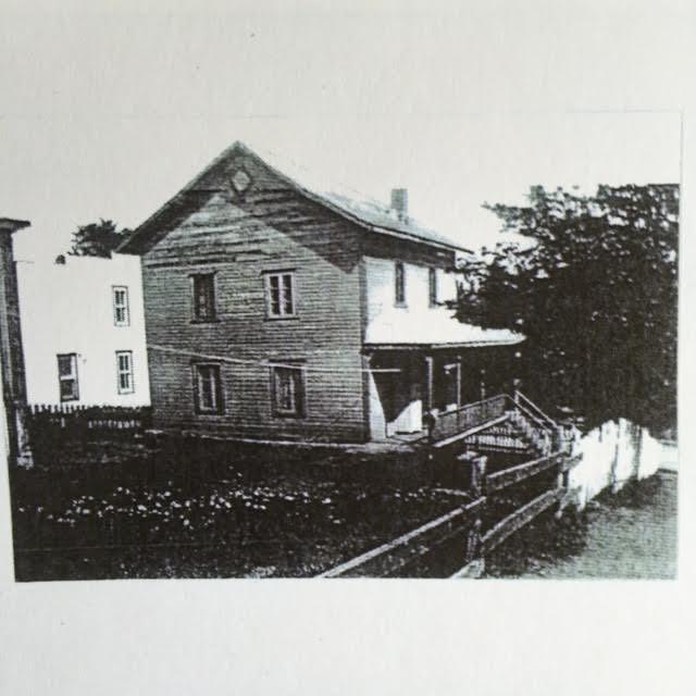 On remplace le toit plat pour un toit &agrave; deux versants. L&rsquo;hiver venu, la neige glisse all&egrave;grement sur la toiture de t&ocirc;le. L&rsquo;ajout&nbsp; d&rsquo;une structure de r&eacute;tention n&rsquo;y change rien. Le toit retrouve sa forme d&rsquo;origine en 1951.<br /><br />Cr&eacute;dit:&nbsp;Marie-Claire Boyer
