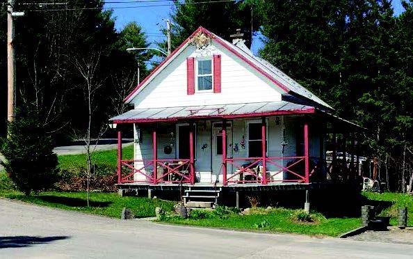 Cette petite maison, de 20 par 20 pieds, a appartenu &agrave; la famille de Simone Brunet, qui l&rsquo;a habit&eacute;e durant de nombreuses ann&eacute;es. Tous se souviennent de son commerce o&ugrave; l&rsquo;on se procurait des bonbons mais aussi des orchid&eacute;es et des l&eacute;gumes provenant de son potager.<br /><br />Dans cette demeure situ&eacute;e tout au bout de la rue, on appr&eacute;cie la galerie et son avant-toit pr&eacute;sents sur trois fa&ccedil;ades. On constate une grande harmonisation dans les teintes de la demeure dont les propri&eacute;taires conservent, au fil du temps, son toit de t&ocirc;le m&eacute;tallique. Comme les maisons de la compagnie, la demeure pr&eacute;sente une toiture &agrave; deux versants l&eacute;g&egrave;rement galb&eacute;s dont le fa&icirc;tage se pr&eacute;sente face au chemin ainsi qu&rsquo;une sym&eacute;trie dans les ouvertures.<br /><br />Les maisons de la rue Claude-Gr&eacute;goire, tr&egrave;s bien entretenues, t&eacute;moignent de la volont&eacute; des propri&eacute;taires de conserver &agrave; travers le temps, des &eacute;l&eacute;ments architecturaux d&rsquo;int&eacute;r&ecirc;t de leur propri&eacute;t&eacute;.&nbsp;