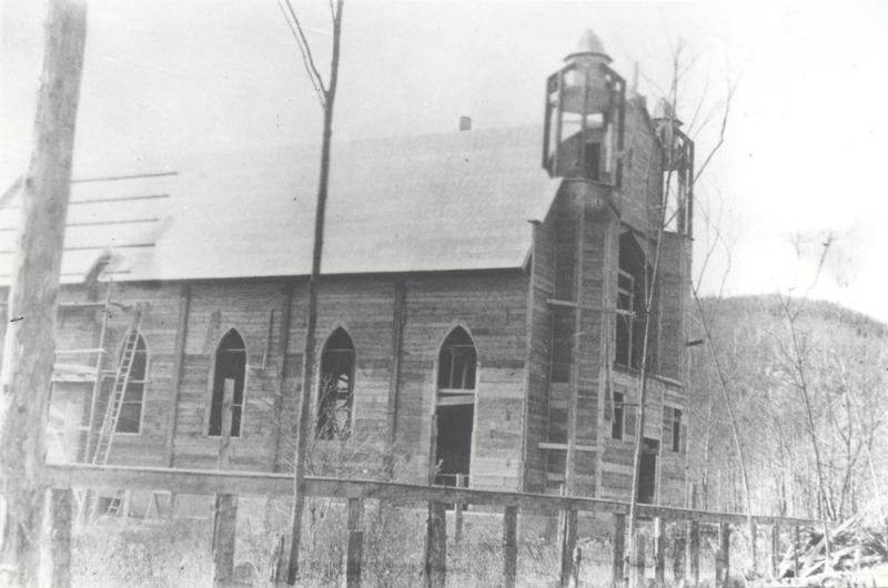Construction of the Saint-Joseph Church of Mont-Rolland in 1913<br />Soci&eacute;t&eacute; d&rsquo;histoire de la Rivi&egrave;re-du-Nord