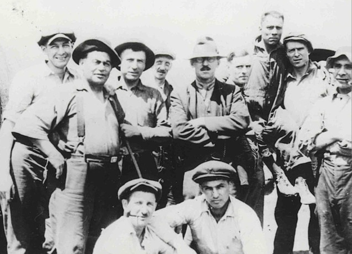 The workers of the La Rolland (date unknown).