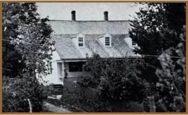 C&rsquo;est gr&acirc;ce au journal du fils de Ralph Merry III, Ralph Merry IV, que l&rsquo;on conna&icirc;t les &eacute;tapes de la construction de la maison.<br /><br />Le 21 juillet 1821,&nbsp;Ralph Merry IV &acirc;g&eacute; de 35 ans, &eacute;crit dans son journal: &laquo; la charpente de la maison est mont&eacute;e &raquo;. Le 23, il ajoute: &laquo; Les bardeaux pour couvrir [la maison] sont apport&eacute;s aujourd&rsquo;hui par le capitaine Lufkin; il y a quelques semaines je lui avais pay&eacute; 40 $ pour la charpente et les bardeaux &raquo; Le 25 ao&ucirc;t, les pierres de la cave sont arriv&eacute;es et le 1er septembre, les murs de la cave sont termin&eacute;s par un d&eacute;nomm&eacute; Young. Ralph Merry IV pr&eacute;cise dans son journal: &laquo; Nous avons deux hommes &agrave; &eacute;tayer la maison sur ses fondations et ils ont presque termin&eacute; &raquo;. Deux semaines plus tard, il note: Une partie de nos meubles est rendue dans la nouvelle maison et nous avons commenc&eacute; &agrave; l&rsquo;habiter hier. Au 3 septembre, il n&rsquo;y avait pas une planche en place &raquo;.<br /><br />Ralph IV est fier de cette r&eacute;alisation. Il &eacute;crit le 9 novembre: &laquo; Je suis combl&eacute; d&rsquo;avoir pu b&acirc;tir notre maison et une sainte joie m&rsquo;envahit instantan&eacute;ment. Bien s&ucirc;r, je suis content d&rsquo;avoir r&eacute;ussi notre construction pour laquelle nous avons tant pein&eacute;. Nous sommes all&eacute;s de l&rsquo;avant avec beaucoup plus de rapidit&eacute; et de succ&egrave;s que les gens d&rsquo;ici, en bonne sant&eacute; et plus fortun&eacute;, en sont capables; malgr&eacute; mon pauvre &eacute;tat de sant&eacute; et le peu de ressources dont nous disposons&hellip; &raquo;<br /><br />&nbsp;
