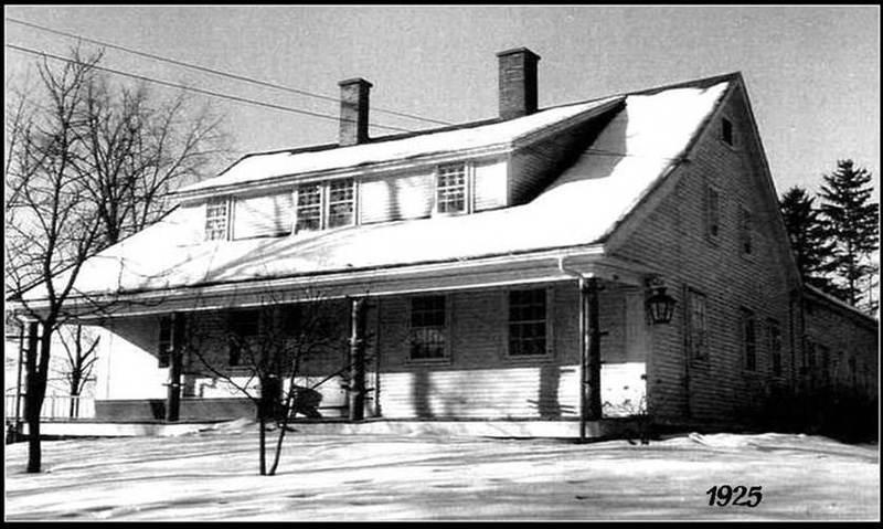 Lors de la construction de la maison, en 1821, trois lucarnes &agrave; pignon percent les versants est et ouest du toit. Sur cette photo de 1925, les lucarnes sont reli&eacute;es.<br /><br />Le rev&ecirc;tement est en planches &agrave; clin aussi appel&eacute;es d&eacute;clin. Ces planches sont biseaut&eacute;es de fa&ccedil;on &agrave; en amincir la partie sup&eacute;rieure. Elles sont pos&eacute;es horizontalement et se chevauchent. Leur face expos&eacute;e est inclin&eacute;e pour emp&ecirc;cher la p&eacute;n&eacute;tration de l&rsquo;eau de pluie.<br /><br />Les fen&ecirc;tres &agrave; guillotine compos&eacute;es de 12 &agrave; 20 carreaux caract&eacute;risent les premiers mod&egrave;les de ce type de fen&ecirc;tre introduits au Qu&eacute;bec &agrave; cette &eacute;poque. L&rsquo;emploi de petits carreaux facilite alors autant la production du verre que son transport.<br /><br />&Agrave; l&rsquo;exception de quelques ajouts contemporains, les principaux &eacute;l&eacute;ments de quincaillerie des fen&ecirc;tres, des contre-fen&ecirc;tres et le verre du corps principal sont d&rsquo;origine.<br />&nbsp;