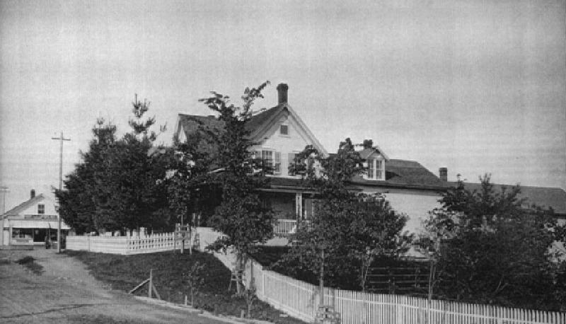 Bien que la maison d&rsquo;Alvin Head Moore ait subi plusieurs transformations, il est encore possible d&rsquo;en appr&eacute;cier les caract&eacute;ristiques architecturales.&nbsp;D&rsquo;influence n&eacute;ogothique, la maison est construite vers 1865, soit quarante quatre ans apr&egrave;s la maison Merry.<br /><br />Introduit vers 1825 par les premiers habitants de la r&eacute;gion venus en grand nombre des &Eacute;tats de la Nouvelle-Angleterre, ce style se r&eacute;pand au cours de la deuxi&egrave;me moiti&eacute; du 19e si&egrave;cle. &Agrave; l&#39;instar des styles historiques, il s&#39;agit d&#39;une r&eacute;interpr&eacute;tation de l&#39;architecture gothique amorc&eacute;e en Europe au milieu du 12e si&egrave;cle et se prolongeant jusqu&#39;au d&eacute;but du 16e si&egrave;cle.<br /><br />En ce qui concerne la maison de Moore, l&rsquo;influence se fait sentir surtout dans deux &eacute;l&eacute;ments. Remarquez d&rsquo;abord comme le toit &agrave; deux versants du pignon central est en forte pente. Observez &eacute;galement le d&eacute;tail de son ornementation comme dans les piliers ajour&eacute;s. Le rev&ecirc;tement de cette maison est de clin de bois. Les maisons associ&eacute;es &agrave; ce type pr&eacute;sentent des caract&eacute;ristiques analogues au vernaculaire &eacute;tats-unien.<br /><br />Photo pr&eacute;c&eacute;dente:&nbsp;La propri&eacute;t&eacute; de Alvin Head Moore en 1881, D&eacute;tail d&rsquo;une illustration d&rsquo;&eacute;poque, tir&eacute; de l&rsquo;Illustrated Atlas of the Eastern Townships and South Western Quebec,&nbsp;publi&eacute; par H. Belden &amp; Co., 1881.