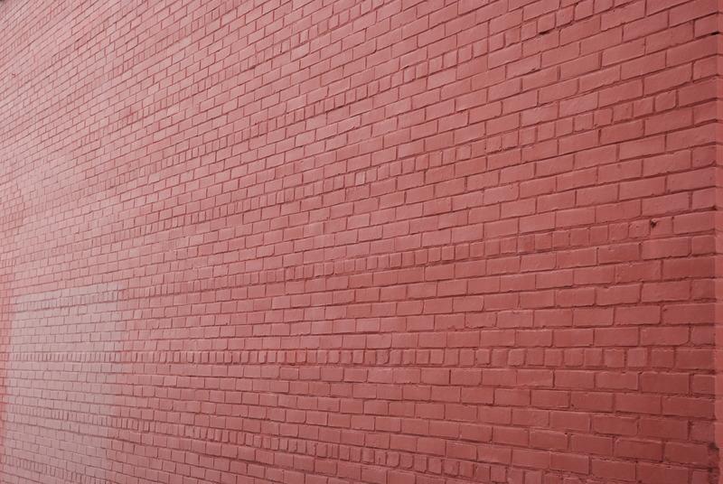 Ce sont des murs ext&eacute;rieurs massifs en brique de deux ou trois &eacute;paisseurs qui assurent la solidit&eacute; des b&acirc;timents. Comment savoir si le mur de brique que nous avons devant nous est un mur massif compos&eacute; de deux ou trois rang&eacute;es?<br /><br />Examinez attentivement la pose des rang&eacute;es de briques. Les briques ont-elles toutes la m&ecirc;me forme rectangulaire? Les rang&eacute;es sont-elles toutes sym&eacute;triques? Si oui, vous &ecirc;tes en face d&rsquo;un mur de briques simple, et il y a bien des chances que le b&acirc;timent que vous voyez soit assez r&eacute;cent.<br /><br />Toutefois, si vous avez observ&eacute; que certaines briques sont plus petites et de formes plut&ocirc;t carr&eacute;es, c&rsquo;est que vous &ecirc;tes en face d&rsquo;un mur compos&eacute; de deux ou trois rang&eacute;es de briques. Ces briques carr&eacute;es que vous voyez et qui rompent la monotonie des rectangles sont tout simplement des briques qui ont &eacute;t&eacute; pos&eacute;es &agrave; 90 degr&eacute;s et sur lesquelles s&rsquo;appuient les briques de l&rsquo;autre rang&eacute;e de briques derri&egrave;re celle que vous pouvez voir.