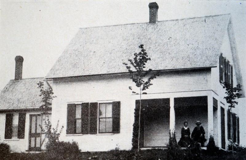 Cette photo repr&eacute;senterait le premier maire du Township de Magog, Samuel Hoyt jr. accompagn&eacute; de son &eacute;pouse &ndash; Le Reflet. Soci&eacute;t&eacute; d&rsquo;histoire de Magog<br /><br />En 1855, l&#39;Acte des municipalit&eacute;s et des chemins du Bas-Canada permet au nouveau township de revendiquer un statut de municipalit&eacute; de canton. C&#39;est dans ce contexte que se tient la premi&egrave;re &eacute;lection de la municipalit&eacute;.<br /><br />Mais attention, ce ne sont pas tous les citoyens qui ont eu le droit de voter. La nouvelle loi est pr&eacute;cise &agrave; ce sujet:<br /><br />&quot;Aucune personne n&#39;aura droit de voter &agrave; l&#39;&eacute;lection des membres du conseil local &agrave; moins qu&#39;elle ne soit de sexe masculin, &acirc;g&eacute;e de vingt et un ans accomplis, sujet de Sa Majest&eacute; de naissance ou naturalis&eacute;e, ni &agrave; moins [qu&#39;elle soit propri&eacute;taire] ou qu&#39;elle n&#39;ait un bien-fonds de la valeur annuelle d&#39;au moins cinq louis (...)&quot; (Acte des municipalit&eacute;s et chemins dans Statuts de la Province du Canada, 18 Victoria, 1855, p. 424).<br /><br />La loi stipule que, lors du scrutin, les &eacute;lecteurs choisissent sept personnes pour former le conseil local. Par la suite, les membres de ce conseil local choisissent entre eux celui qui occupera le poste de maire.