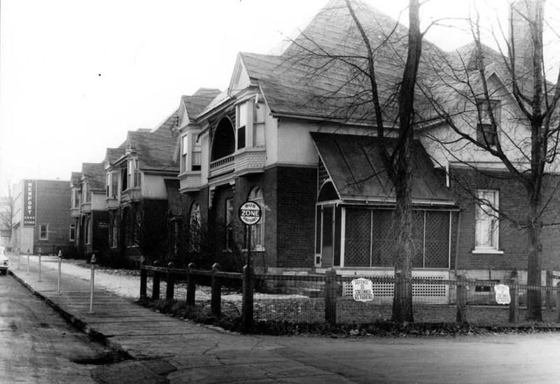 Les trois maisons&nbsp;de la Dominion Cotton Mills sur la rue principale.<br /><br />&nbsp;