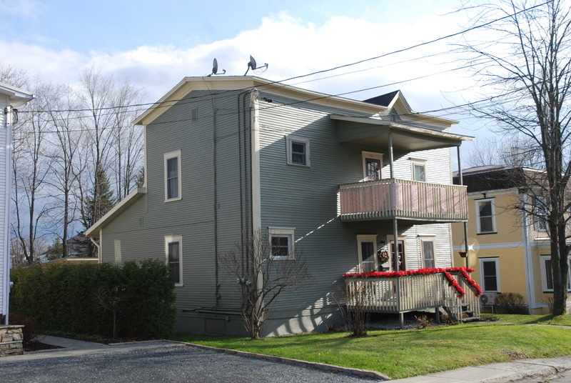 Remarquez la forme particulière du toit ainsi que la facade à postiche.La maisonBoomtownest également connue sous le nom de « maison à façade postiche », désignation qui souligne sa ressemblance aux décors du cinéma western!