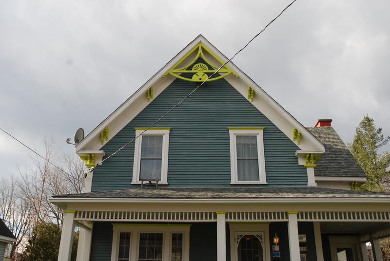 Cette maison est coiffée d'un toit à pignon à pans droits, c'est-à-dire que les deux pentes opposées s'élèvent à partir de l'avant-toit et se rencontrent au sommet, ce qui forme un pignon triangulaire à chaque extrémité de la maison.