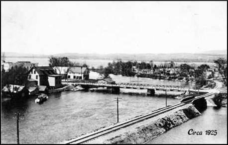 Pont en fer enjambant la rivière Magog en 1925.