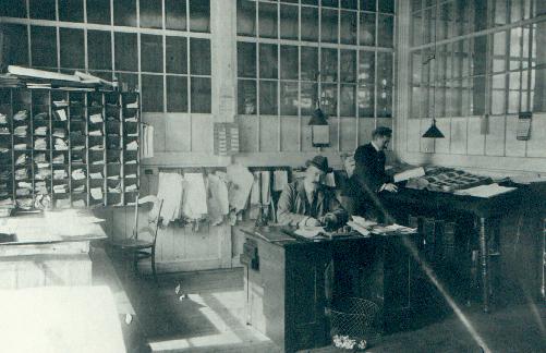 John Peters &agrave; son bureau de la Domion Textile, vers 1918 (Photographe inconnu, fonds Biblioth&egrave;que Memphr&eacute;magog, coll. SHM)<br /><br />Apr&egrave;s Hoyt, les Peters habitent la maison &agrave; partir de 1895. La maison remarquablement bien entretenue reste dans la famille Peters pendant plus de 70 ans.