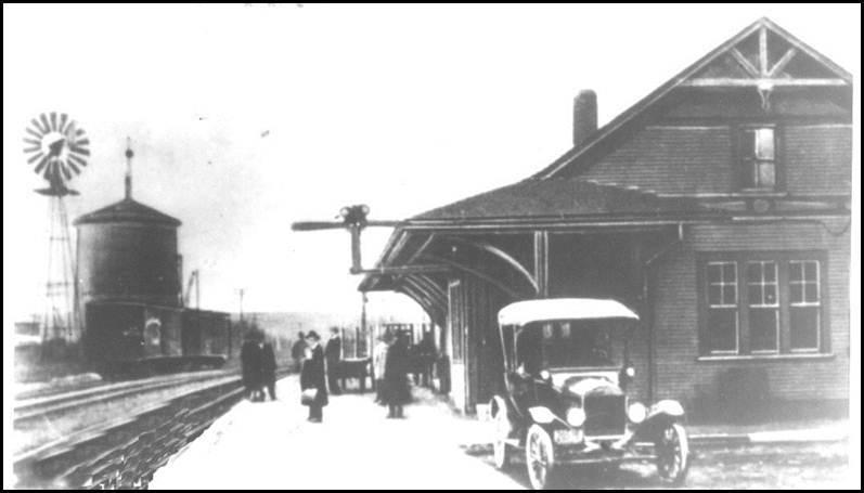 La gare de Magog vers 1930.<br /><br />Aujourd&rsquo;hui, bien que le train ne soit plus le transport de pr&eacute;dilection &agrave; Magog, il est loin de tomber aux oubliettes. En effet, le train touristique Orford Express permet aux visiteurs de d&eacute;couvrir la r&eacute;gion autrement, comme dans le temps&hellip;