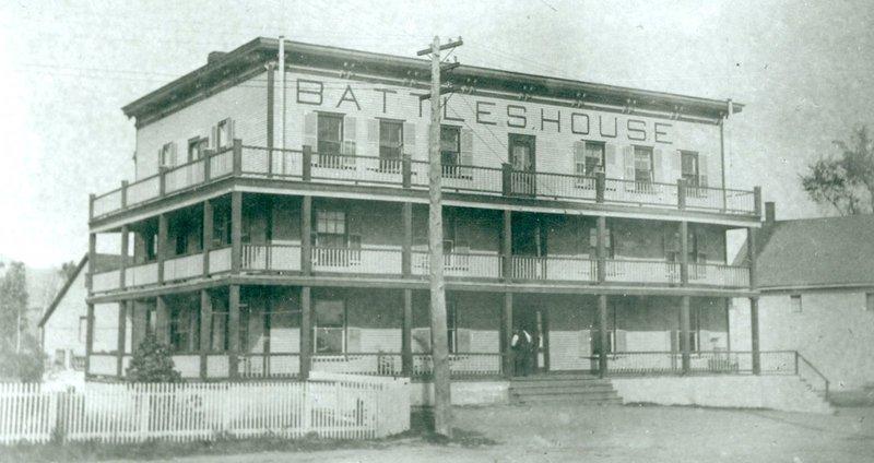 Battles House vers 1910.<br /><br />Ces h&ocirc;tels accueillent les voyageurs et les familles, de m&ecirc;me que les habitants qui attendent de se loger au village. Par exemple, en 1888, le docteur B&eacute;ique ouvre un cabinet m&eacute;dical &agrave; l&rsquo;h&ocirc;tel Battle&rsquo;s House. Il y re&ccedil;oit ses patients jusqu&rsquo;&agrave; ce qu&rsquo;il puisse am&eacute;nager dans une maison.