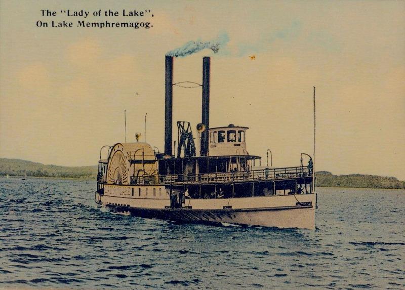 Photo colori&eacute;e du vapeur Lady of the Lake sur le lac Memphr&eacute;magog tir&eacute;e d&rsquo;une carte postale vers 1910.<br /><br />Ce bateau &agrave; vapeur &agrave; deux aubes et de 46 m&egrave;tres de long peut officiellement transporter jusqu&rsquo;&agrave; 666 passagers. L&rsquo;histoire raconte toutefois que ce bateau de 350 tonnes en a transport&eacute; jusqu&rsquo;&agrave; 1200! Le bateau fut rachet&eacute; par la compagnie ferroviaire Connecticut and Passumpsic Rivers pour offrir des excursions &agrave; ses passagers qui s&eacute;journent au Memphremagog House, l&rsquo;un des h&ocirc;tels les plus luxueux de Newport.&nbsp;<br /><br />Cr&eacute;dit:&nbsp;Photographe inconnu, coll. SHM