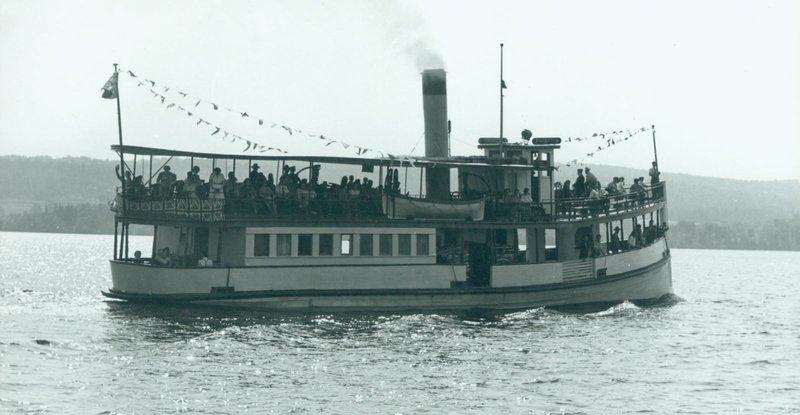 LeAnthemisavec ses passagers en croisière sur les lac Memphrémagog, vers 1945.