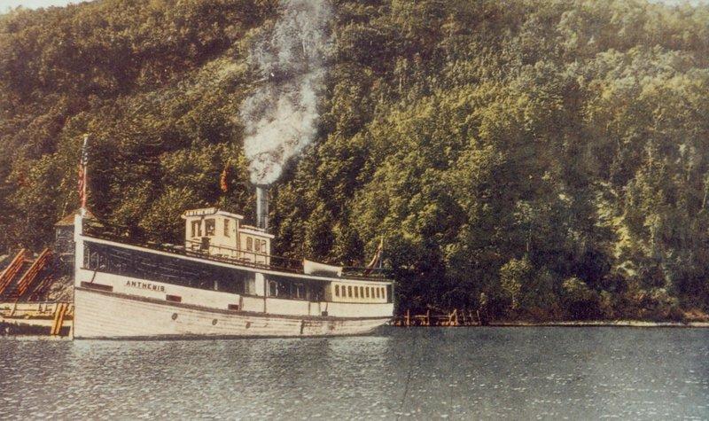 Le vapeurAnthemis, à l'escale au pied du montOwl's Head, vers 1915.(Carte postalecoloriée, coll. SHM)