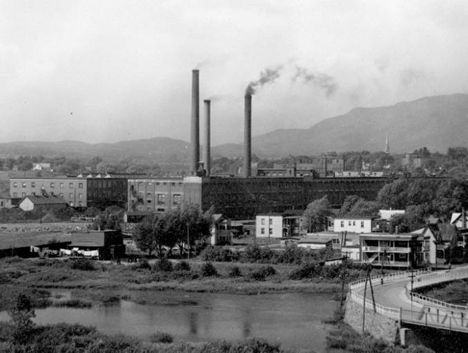 L&rsquo;achat des usines de Magog par la Hochelaga Cotton Company, et plus tard la formation de la plus grande compagnie manufacturi&egrave;re jamais mise sur pied au Canada, la Dominion Cotton Mills, puis la formation de la Dominion Textile en 1905, modifient l&rsquo;image de la ville et la vie de ses habitants.<br /><br />Cet essor de l&rsquo;industrie du textile, associ&eacute; aux exemptions de taxes que les diff&eacute;rents conseils municipaux accordent &agrave; la compagnie, sont aussi profitables pour le d&eacute;veloppement tant de l&rsquo;usine que de la ville.
