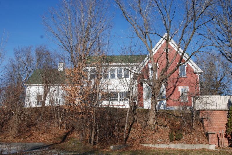 Depuis sa construction dans les années 1880 et jusqu'en 1944, la maisonsituée au 41 rue Merry Nord sert de presbytère aux ministres anglicans.