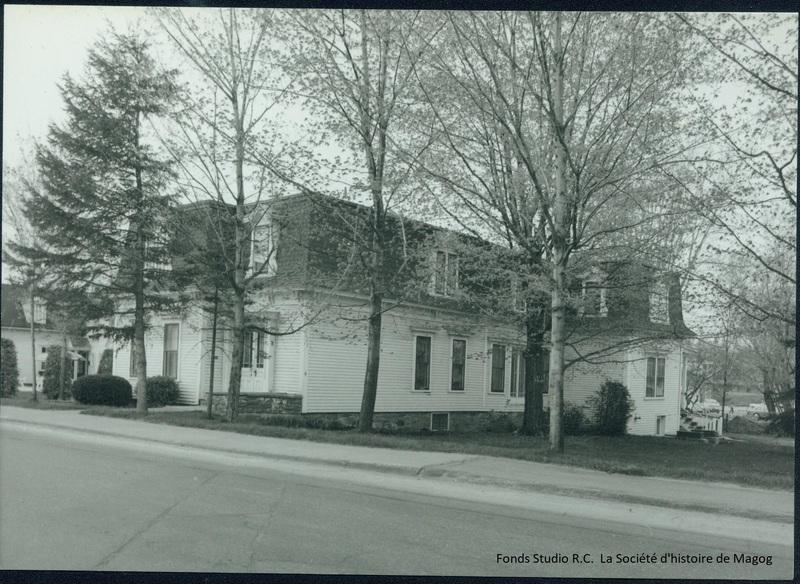 Cette maison à toit mansardé fut le premier hôpital de Magog.