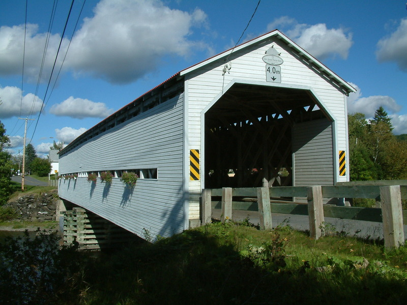 <p>Entre Amqui et Val-Brillant.<br /><br />Dans quel contexte fut &eacute;rig&eacute; le pont couvert?</p>