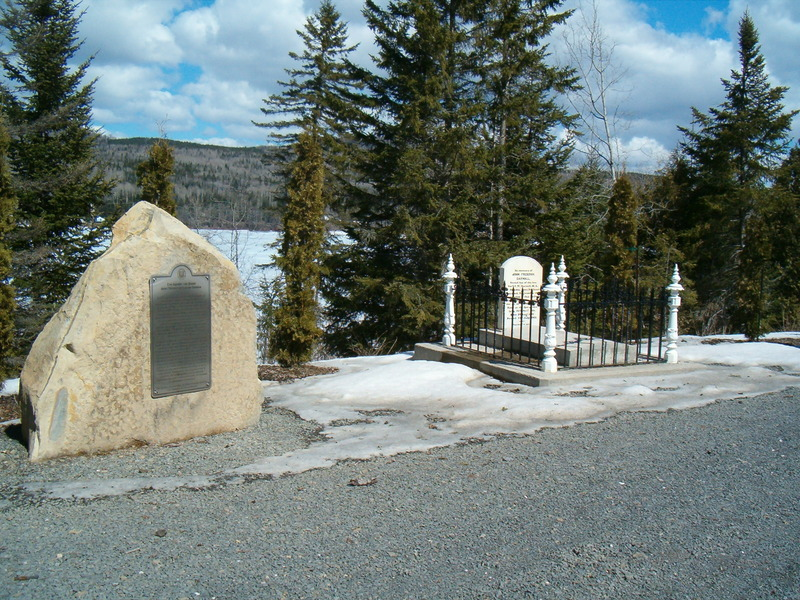 <p>Monument que l&rsquo;on retrouve sur la route Saint-Edmond, Lac-au-Saumon.</p>