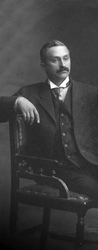 <p>Docteur, po&egrave;te et amant de la nature, Joseph Frenette est un homme de grande culture qui pratique la m&eacute;decine avec un d&eacute;vouement extraordinaire.&nbsp;</p>