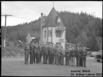 <p>H&ocirc;tel de la Montagne en 1941.<br /><br />Le b&acirc;timent principal fut emport&eacute; par les flammes.<br /><br />Source photo: Biblioth&egrave;ques et Archives nationales du Qu&eacute;bec.</p>