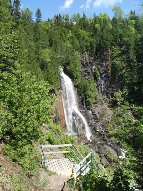 <p>Promontoire pour l&#39;observation des Chutes &agrave; Philom&egrave;ne.<br /><br />&Agrave; 10,2 km&nbsp; (15 min) d&#39;Amqui et &agrave; 6,6 km (13 min) de Lac-au-Saumon.</p>