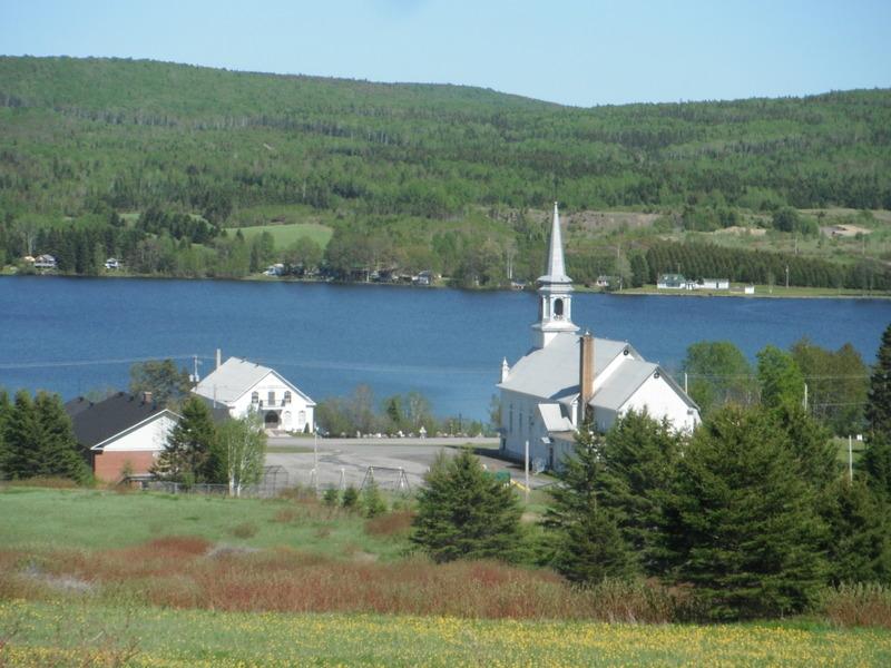<p>Point de vue sur le Lac-Humqui, &agrave; partir de la route Mitis.<br /><br />&Agrave; 13 km ( 9 min) de Saint-L&eacute;on-le-Grand.</p>