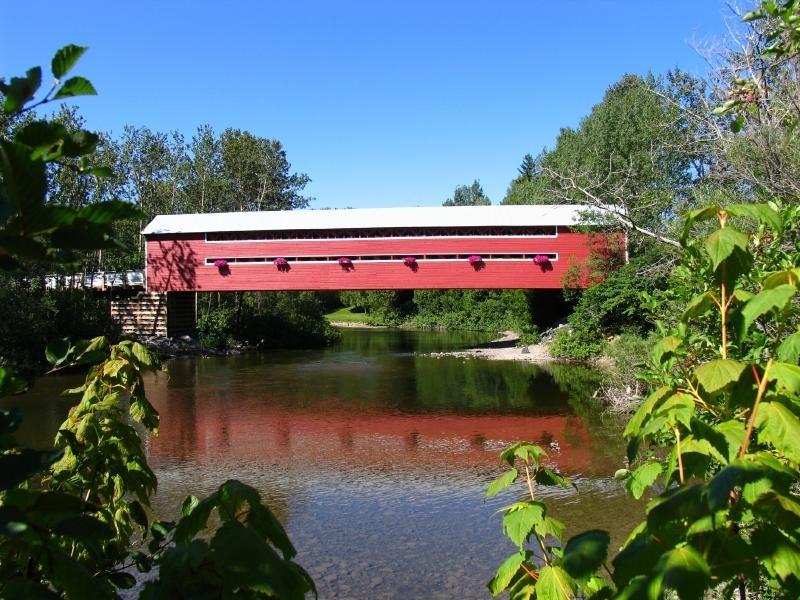 Ce pont construit en 1932 et d&eacute;m&eacute;nag&eacute; &agrave; Amqui, retient l&rsquo;attention par son bon &eacute;tat et son authenticit&eacute;.&nbsp;<br /><br />&Agrave; quel endroit &eacute;tait situ&eacute; ce pont avant qu&#39;on le d&eacute;place?