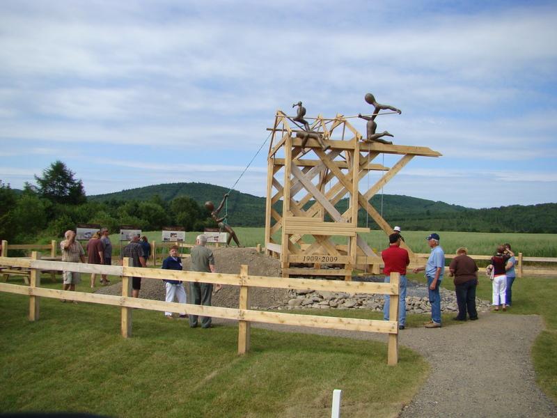 <p>La sculpture se veut une reproduction mod&egrave;le du type de pont qui avait &eacute;t&eacute; construit en 1909 et est un mod&egrave;le typique &laquo; Town &eacute;labor&eacute; &raquo;. Les personnages repr&eacute;sentent les 3 g&eacute;n&eacute;rations de Heppell qui travaillent&nbsp; &agrave; terminer la construction du pont de fa&ccedil;on contemporaine et actuelle. Ces trois g&eacute;n&eacute;rations de Heppell ont v&eacute;cu avec ce pont et il &eacute;tait tr&egrave;s pr&eacute;sent dans leur vie.<br /><br />Il est fabriqu&eacute; en bois trait&eacute; &agrave; l&rsquo;huile pr&eacute;servative et les personnages sont en r&eacute;sine de polyest&egrave;re et fibre de verre renforc&eacute; de m&eacute;tal &agrave; l&rsquo;int&eacute;rieur. La rivi&egrave;re est repr&eacute;sent&eacute;e par du concass&eacute;.</p>