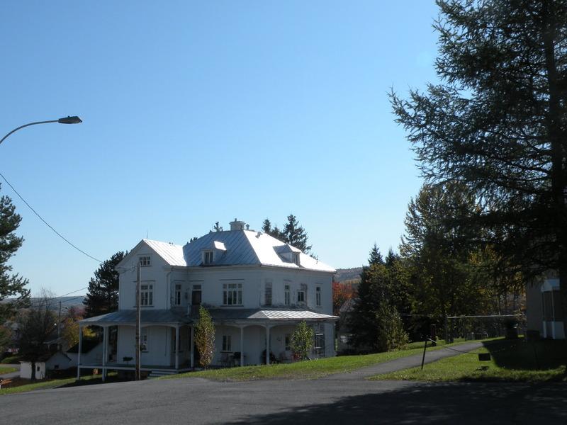 <p>Ancien presbyt&egrave;re de Lac-au-Saumon</p>