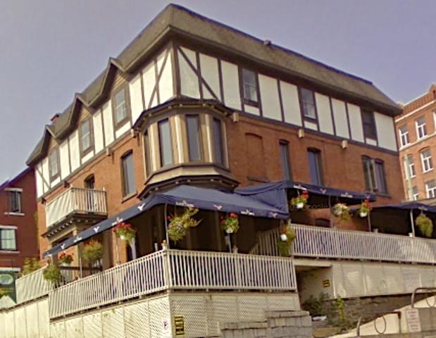 <p>Au 151, rue King Ouest - La plus vieille microbrasserie du centre-ville sherbrookois, la Mare au diable, en est une de convivialit&eacute;. Son brasseur-propri&eacute;taire (et serveur!), Christophe Pernin, originaire de Bourgogne, mise beaucoup sur cette ambiance plut&ocirc;t europ&eacute;enne.<br /><br />Cette microbrasserie est situ&eacute;e face &agrave; l&#39;embl&egrave;me le plus connu de la ville de Sherbrooke : le c&eacute;notaphe de la rue King (en m&eacute;moire des soldats morts au combat). L&#39;&eacute;tablissement offre une belle vue sur Sherbrooke depuis la terrasse.<br /><br />On y trouve des bi&egrave;res maison aux go&ucirc;ts variables, les blanches &eacute;tanchent la soif l&rsquo;&eacute;t&eacute; et les saisonni&egrave;res sont tr&egrave;s int&eacute;ressantes. L&rsquo;ambiance est des plus chaleureuse.<br /><br />Plusieurs bi&egrave;res sont produites en petits brassins seulement. Certaines de celles-ci ne sont d&#39;ailleurs que de passage, arrivant et disparaissant au gr&eacute; des saisons, assurant ainsi un renouveau et une exclusivit&eacute; pour les clients. La qualit&eacute; des bi&egrave;res est g&eacute;n&eacute;ralement bonne. La Mare au diable est aussi tr&egrave;s bien &eacute;quip&eacute;e en whiskys.<br /><br />Bi&egrave;re sugg&eacute;r&eacute;e :<br />La P&ecirc;cheresse, une rousse aux p&ecirc;ches devenue partie du menu permanent suite &agrave; une forte demande.</p>
