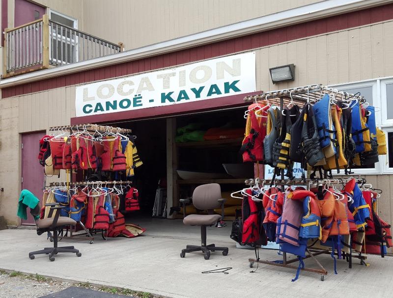 <p>Des canots, des kayaks, des p&eacute;dalos, des chaloupes et des planche de SUP sont en location du parc Lucien-Blanchard, au Club nautique de Sherbrooke et &agrave; la Maison de l&#39;eau.</p>