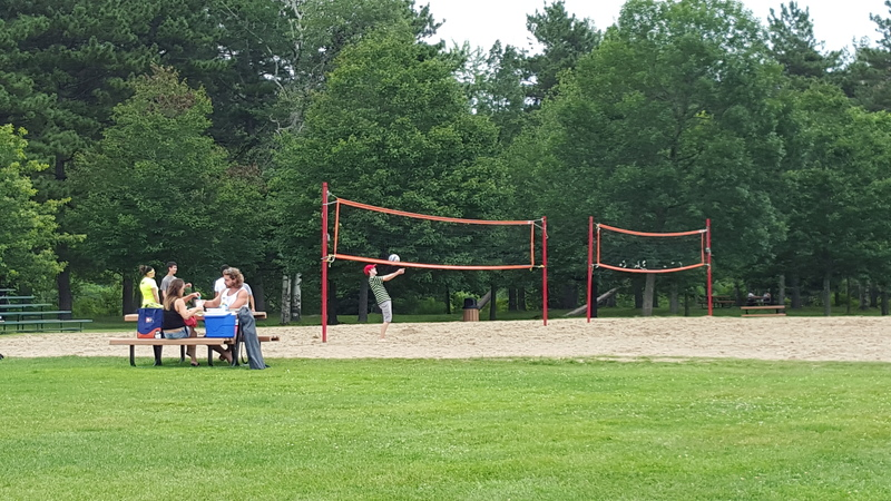 <p>Deux terrains de volleyball sont disponibles.</p>