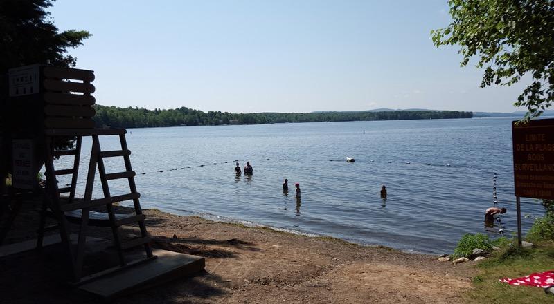 <p>Ce magnifique site municipal offre aux baigneurs une vue imprenable sur le lac Magog.<br /><br />Il offre aussi:<br />- Jeux d&rsquo;enfants<br />- Volleyball de plage<br />- Rampe d&#39;acc&egrave;s pour embarcations l&eacute;g&egrave;res (payante)<br />- Pavillon&nbsp;<br /><br />Baignade gratuite.<br />Stationnement gratuit.<br />Mise &agrave; l&#39;eau des embarcations nautiques payant.<br />Aucune location d&#39;embarcation n&#39;est cependant offerte sur place.</p>