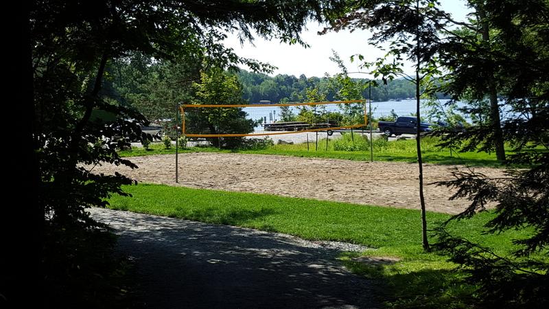 <p>Un terrain de volleyball est disponible. Gratuit pour tous.</p>