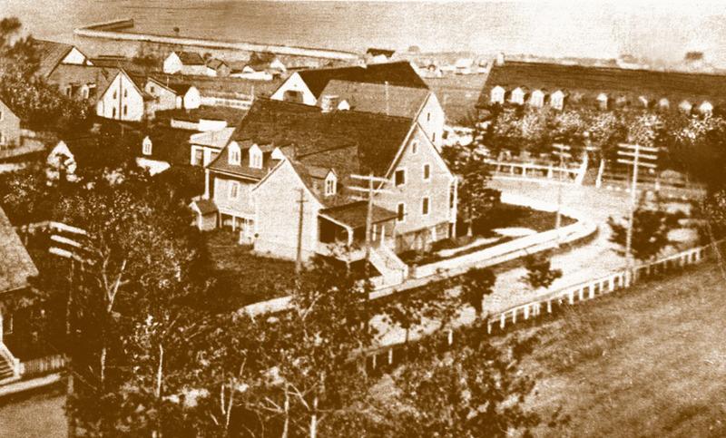 <p>Maison de Benjamin Dionne, face &agrave; l&rsquo;h&ocirc;tel Mansion House, vers 1900.<br /><br />Benjamin Dionne, natif de Kamouraska, s&rsquo;installa en 1824 &agrave; Cacouna, comme marchand.&nbsp; En 1844, il acheta le terrain au coin de la rue de l&rsquo;&Eacute;glise pour construire sa nouvelle r&eacute;sidence et relocaliser son magasin.<br /><br />Source photo:<br />Edition E. Rivard, coll. Richard Michaud</p>