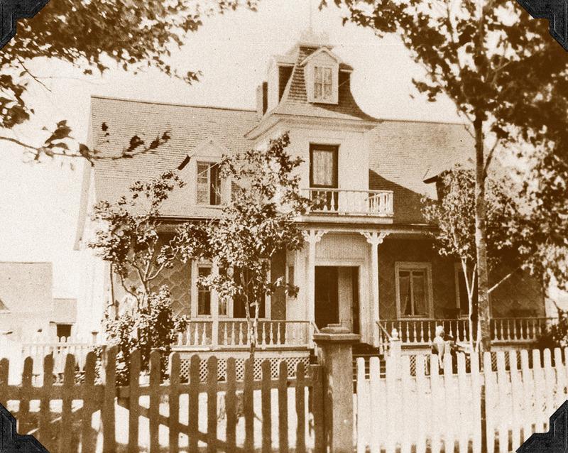 <p>Maison ancestrale des Michaud.<br /><br />Cette ancienne maison de ferme, d&rsquo;allure plus modeste &agrave; l&rsquo;origine, a d&rsquo;abord appartenu &agrave; Antoine Paradis, qui l&rsquo;offrit en dot &agrave; sa fille L&eacute;ocarde lors de son mariage avec R&eacute;my Michaud, en 1828. C&rsquo;est d&rsquo;ailleurs &agrave; cette &eacute;poque qu&rsquo;elle fut d&eacute;m&eacute;nag&eacute;e et install&eacute;e &agrave; son emplacement actuel.&nbsp; Avec la naissance de leurs 16 enfants, les Michaud furent forc&eacute;s d&rsquo;agrandir leur r&eacute;sidence.&nbsp; Quand les touristes commenc&egrave;rent &agrave; affluer dans la r&eacute;gion, en p&eacute;riode estivale, la famille prit l&rsquo;habitude de s&rsquo;installer dans la petite maison d&egrave;s le printemps, pour lib&eacute;rer la demeure familiale et la louer aux citadins avides d&rsquo;air pur.&nbsp; C&rsquo;est ainsi qu&rsquo;&agrave; partir de 1898, Georges Vanier, futur gouverneur g&eacute;n&eacute;ral du Canada (1959-1967), passa quelques &eacute;t&eacute;s dans la maison des Michaud.<br /><br />En 1905, Ulric Michaud h&eacute;rita de la ferme familiale. Au moment de se lancer en politique, il fit &eacute;riger la petite tourelle victorienne au balcon de laquelle on le vit prononcer ses discours, sous le drapeau fi&egrave;rement d&eacute;ploy&eacute; au m&acirc;t de la tourelle.&nbsp; Cinq g&eacute;n&eacute;rations de Michaud se sont succ&eacute;d&eacute; ici, sur une p&eacute;riode de 150 ans.<br /><br />Source photo:<br />Coll. Jacques Michaud ptre</p>