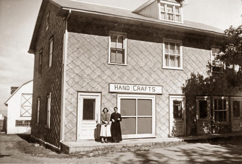<p>Devant le magasin &laquo;Art paysan chez Carmen&raquo;, le p&egrave;re Jean-Louis Michaud, accompagn&eacute; d&rsquo;une voisine, vers 1955.<br /><br />La b&acirc;tisse abrita, au rez-de-chauss&eacute;e, le &laquo;Restaurant de Touristes&raquo; de la famille Michaud au cours des ann&eacute;es 1930-1940 et, &agrave; l&rsquo;&eacute;tage, une salle communautaire de 1929 &agrave; 1933.&nbsp; Les gens de Cacouna assist&egrave;rent &agrave; plusieurs repr&eacute;sentations th&eacute;&acirc;trales avant que ne soit inaugur&eacute;e la salle paroissiale et municipale tout pr&egrave;s de l&rsquo;&eacute;glise.<br /><br />Source photo:<br />Coll. Richard Michaud</p>
