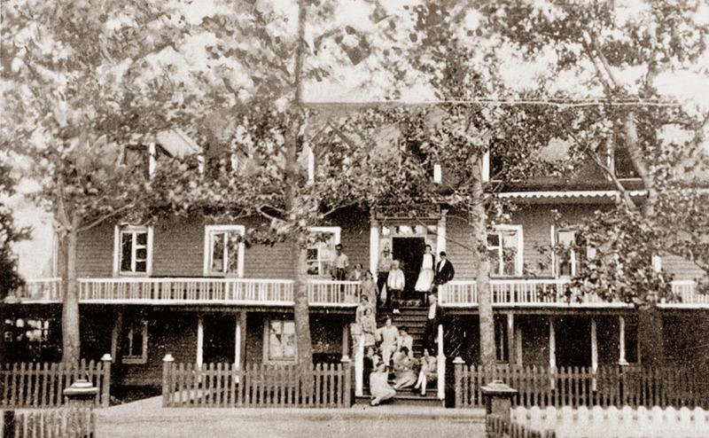 <p>Cacouna House, maison-h&ocirc;tel d&rsquo;Adolphe Sirois, construite en 1861.<br /><br />Les familles d&rsquo;estivants se donnaient rendez-vous &agrave; Cacouna pour l&rsquo;&eacute;t&eacute;. Accompagn&eacute;es de leurs serviteurs, elles s&rsquo;y retrouvaient avec leur parent&eacute; et leurs amis pour y passer une partie des vacances. Les grandes maisons &eacute;taient recherch&eacute;es pour loger tous ces gens.<br /><br />Source photo:<br />Coll. Yves Lebel<br />&nbsp;</p>