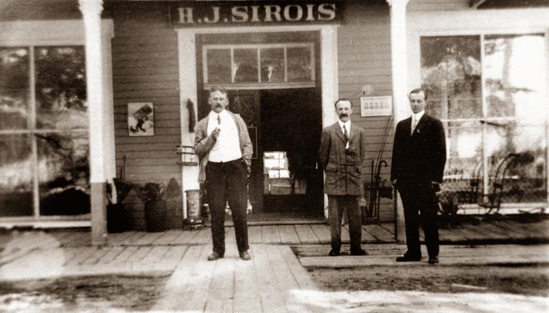 <p>Fa&ccedil;ade du magasin d&rsquo;Henri-Joseph Sirois avec Antonio et Valmore Sirois propri&eacute;taires, vers 1910.<br /><br />Les fils d&rsquo;Henri-Joseph prirent la rel&egrave;ve, en 1910, puis Antonio Sirois et ses enfants assur&egrave;rent la continuit&eacute; de l&rsquo;entreprise familiale. L&rsquo;&eacute;difice abrita la Banque Canadienne Nationale et la Caisse Populaire pendant quelques ann&eacute;es, ainsi que le bureau de poste pendant plus de trente ans.<br /><br />Source photo:<br />Coll. Famille Antonio Sirois<br />&nbsp;</p>